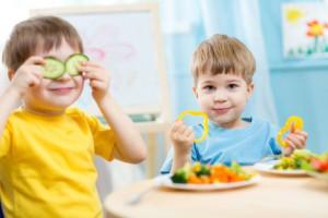 Kinder beim Essen im Kindergarten