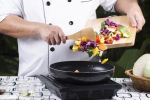 Koch bei der Zubereitung in der Küche