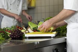 Koch bei der Zubereitung in der Küche bei Creative Catering Amrhein