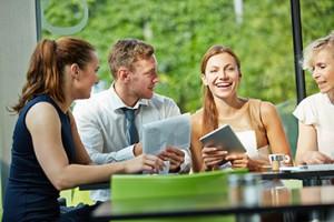 Arbeitskollegen bei Mittagspause in Kantine