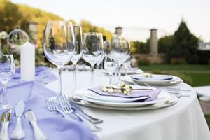 Gedeckter Tisch mit Gläsern und Geschirr