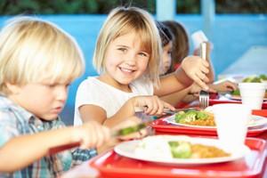 Kinder beim Mittagessen im Kindergarten